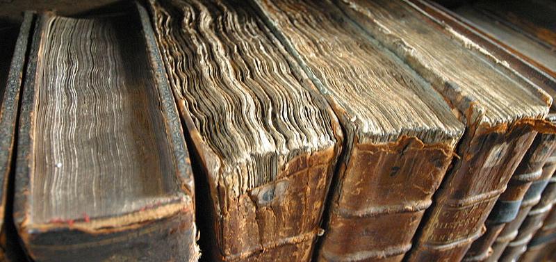 800px-Old_book_bindings_2